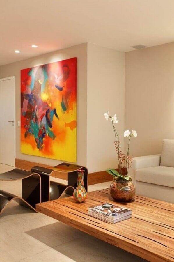 sala bege decorada com quadro grande colorido Foto Conexão Décor