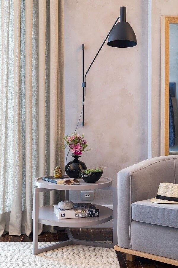 sala cinza decorada com luminária de parede para leitura Foto Casa de Valentina