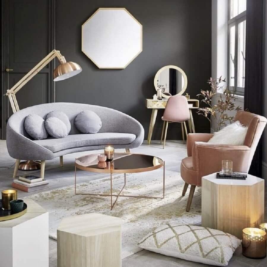 sala cinza decorada com mesa de centro redonda espelhada e poltrona rosa Foto Andreas Móveis