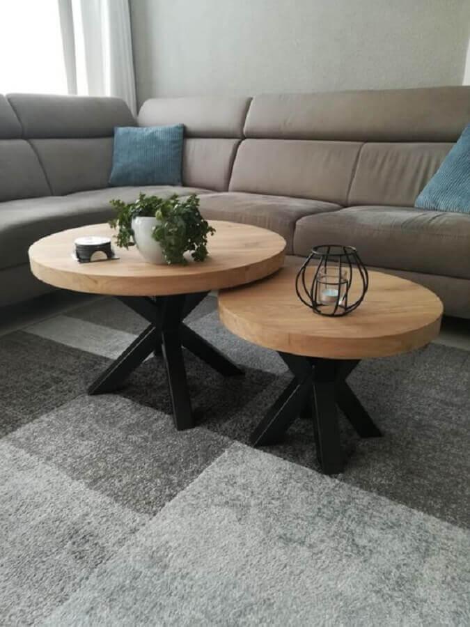 sala cinza decorada com sofá de canto e mesa de centro redonda dupla de madeira Foto Casa de Valentina