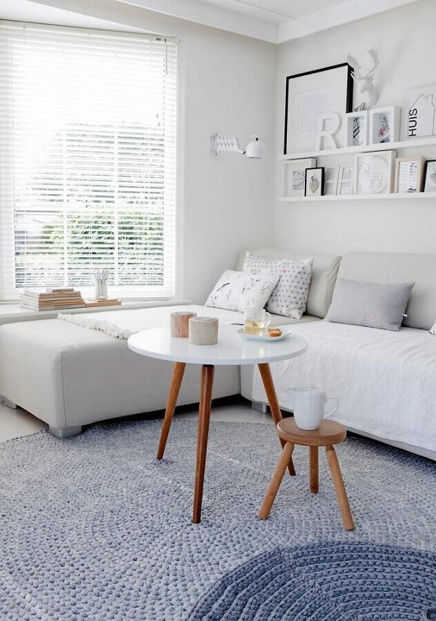 sala de estar clean decorada com modelos de tapetes de crochê redondo Foto Pinterest