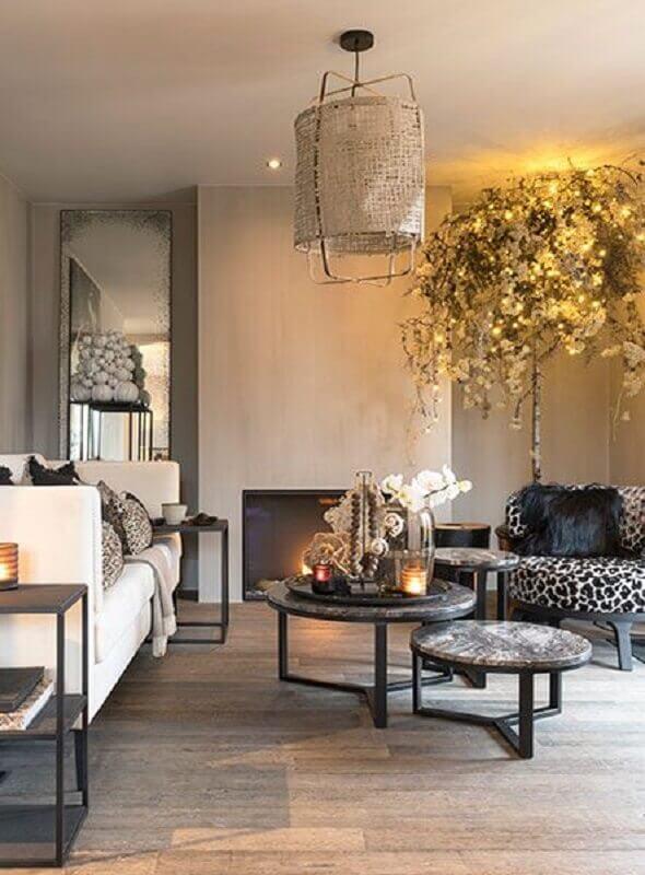 sala de estar decorada com lustre rústico e mesa de centro redonda dupla Foto Kenay Home