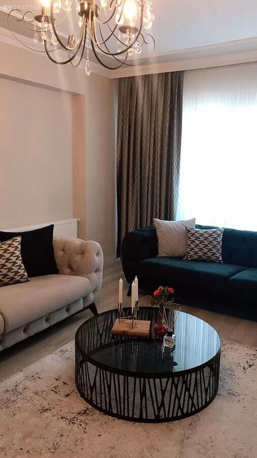 sala de estar decorada com sofá capitonê e mesa de centro redonda preta Foto Fancy House Design