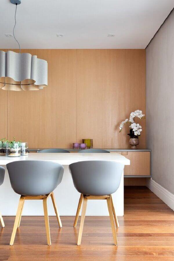 sala de jantar amadeirada decorada com cadeira cinza Foto Casa de Valentina