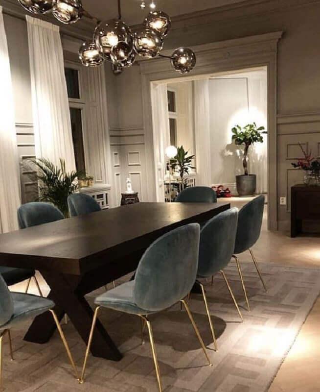 sala de jantar de luxo decorada com mesa de madeira e cadeira estofada cinza Foto We Heart It