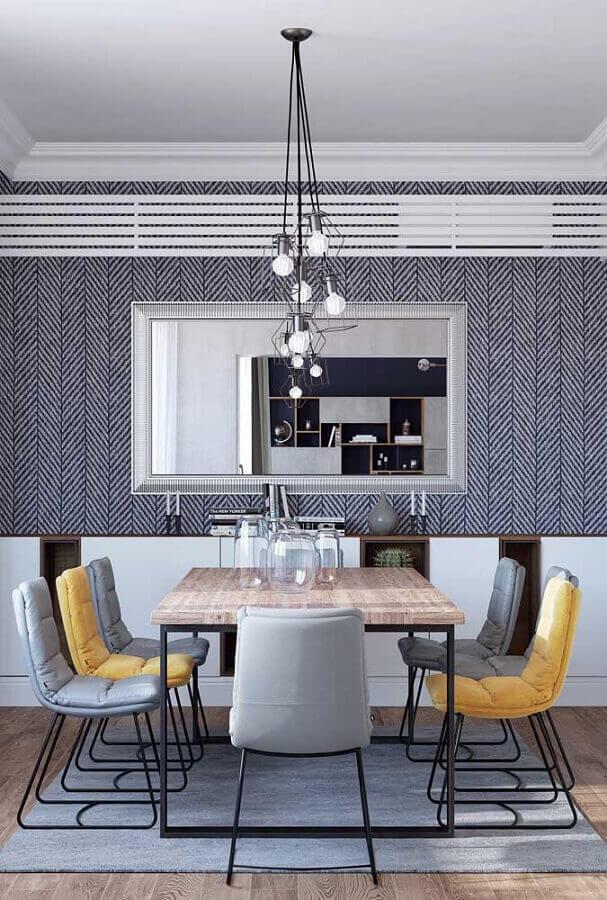 sala de jantar decorada com cadeira amarela e cadeira cinza estofada Foto Ideias Decor