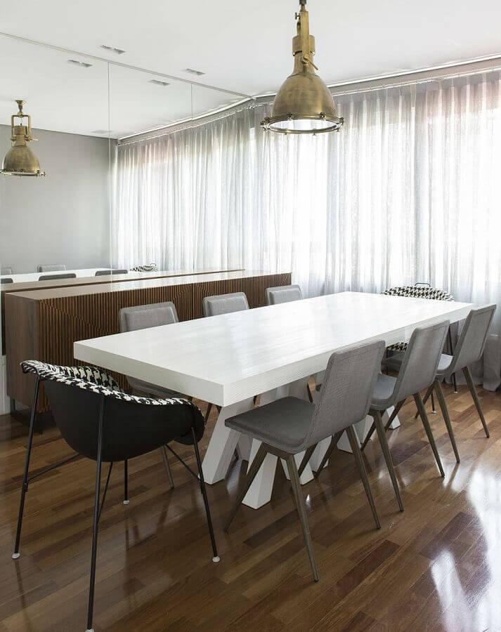 sala de jantar decorada com parede espelhada e cadeira cinza para mesa de jantar branca Foto Pinterest
