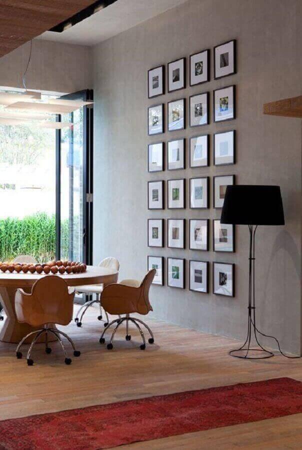 sala de jantar estilo industrial decorada com abajur e chão e parede com quadros Foto Pinterest