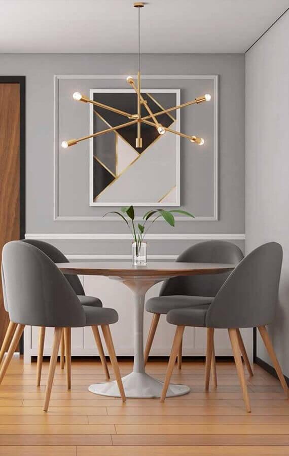 sala de jantra pequena decorada com cadeira estofada cinza e lustre moderno Foto Home Fashion Trend