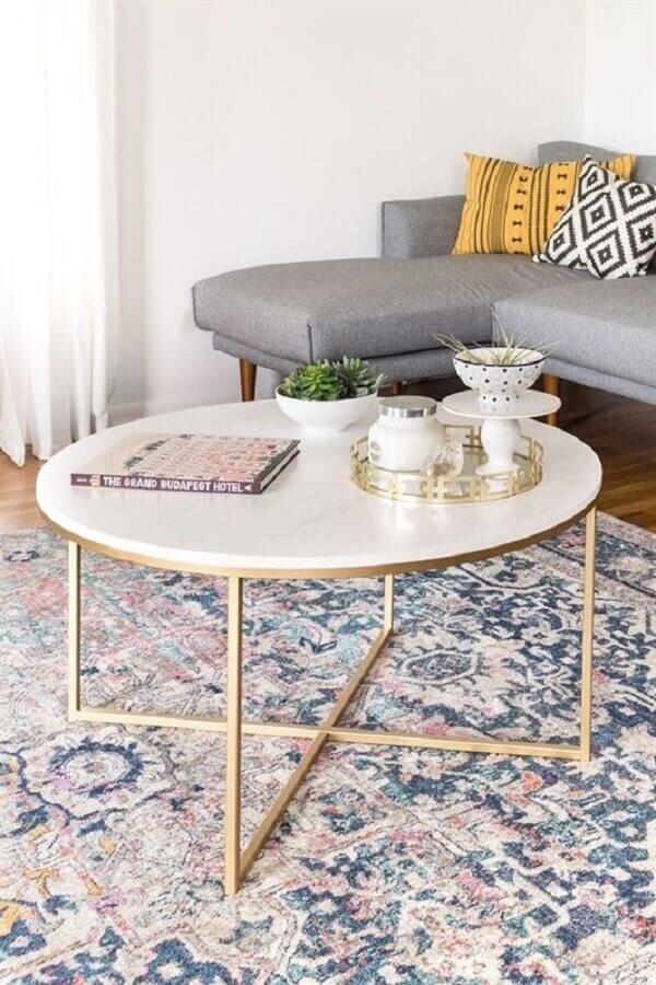 sala decorada com sofá cinza com chaise e mesa de centro redonda Foto Jeito de Casa