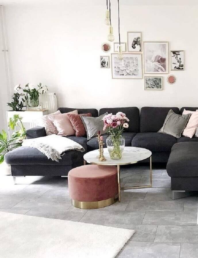 sala decorada com sofá preto e mesa de centro redonda branca com estrutura dourada Foto Pinterest