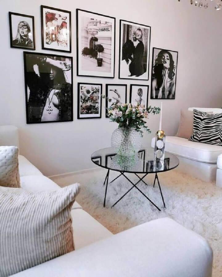 sala decorada com tapete felpudo branco e mesa de centro redonda espelhada Foto Interior by D