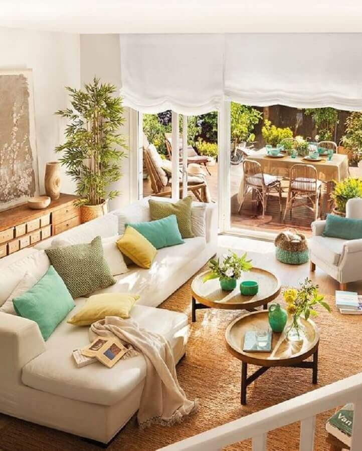 sala decorada com tapete sisal e mesa de centro redonda de madeira  Foto Jeito de Casa