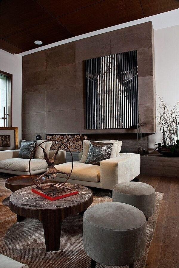 sala moderna decorada com puff cinza e mesa de centro redonda rústica Foto Futurist Architecture