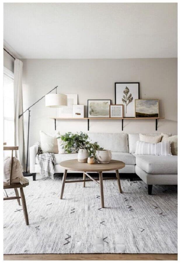 sofá com chaise para decoração de sala com mesa de centro redonda de madeira Foto Home Fashion Trend