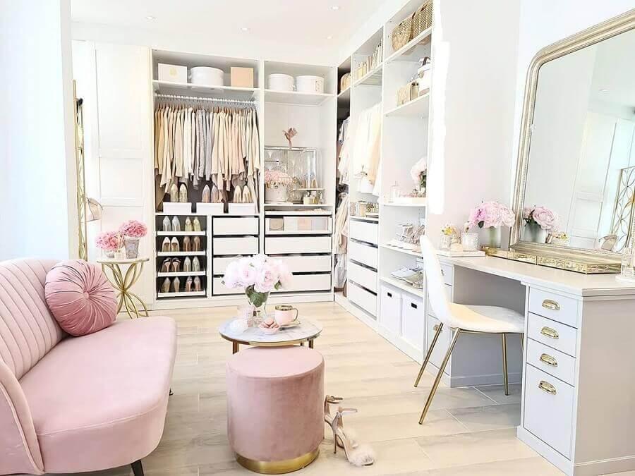 sofá e puff cor de rosa para decoração de closet feminino com penteadeira Foto Brandy Bourbon