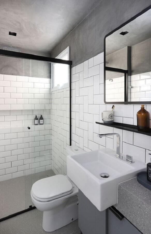 teto e parede de cimento queimado para banheiro decorado com revestimento branco Foto Casa de Valentina