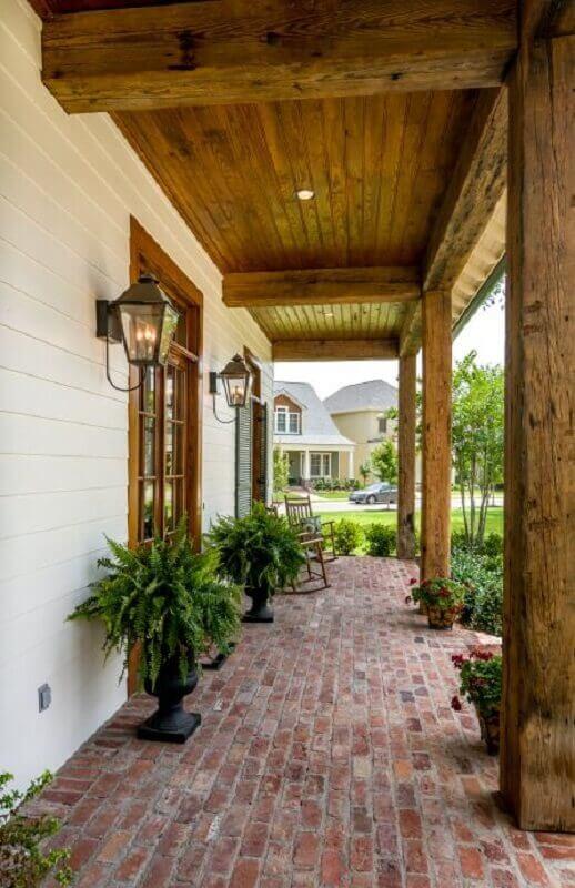 varanda rústica decorada com luminária de parede externa Foto Pinterest