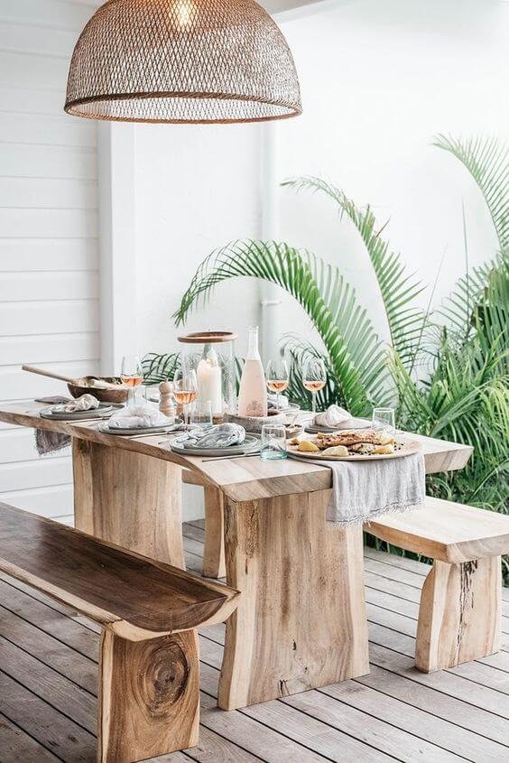 Área de jantar com banco rustico