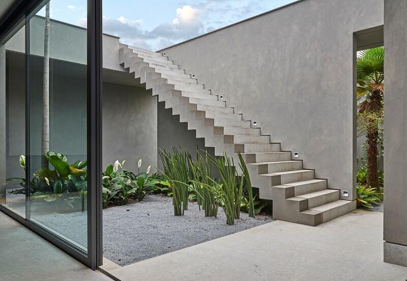 Área externa com escada cascata reta com rodapé invertido. Fonte: Decor Salteado