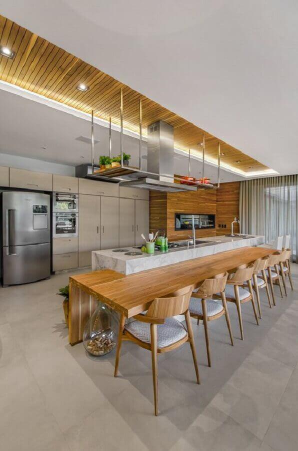 área gourmet moderna decorada com ilha de cozinha com bancada de madeira  Foto Studio Colnaghi