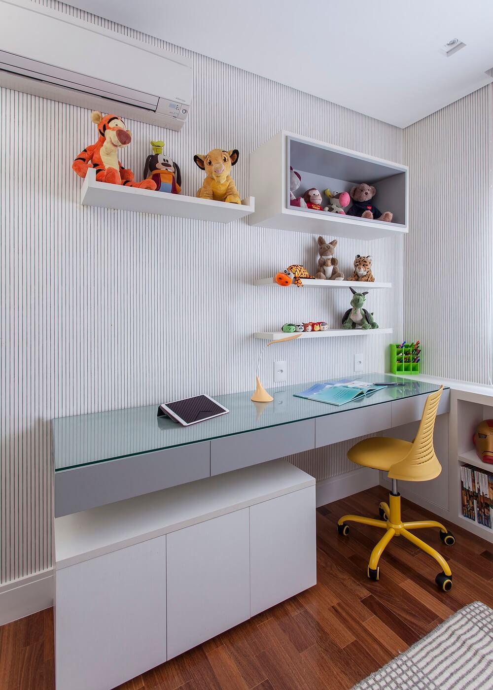 Em ambos os quartos é possível encontrar o revestimento listrado e as mesas de estudo. Foto: Eduardo Pozella