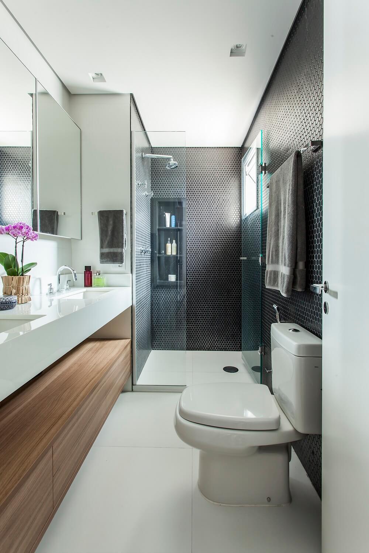 O revestimento hexagonal preto trouxe sofisticação para o banheiro. Foto: Eduardo Pozella