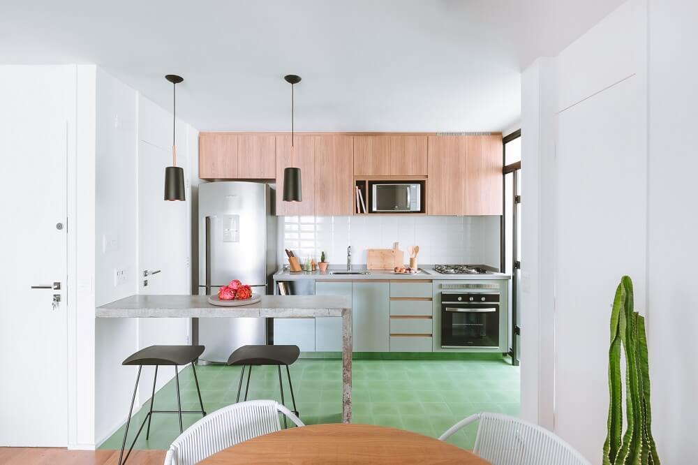 O escritório de arquitetura remodelou alguns cômodos do imóvel e criou layouts mais flexíveis e integrados. Foto: Juliana Deeke
