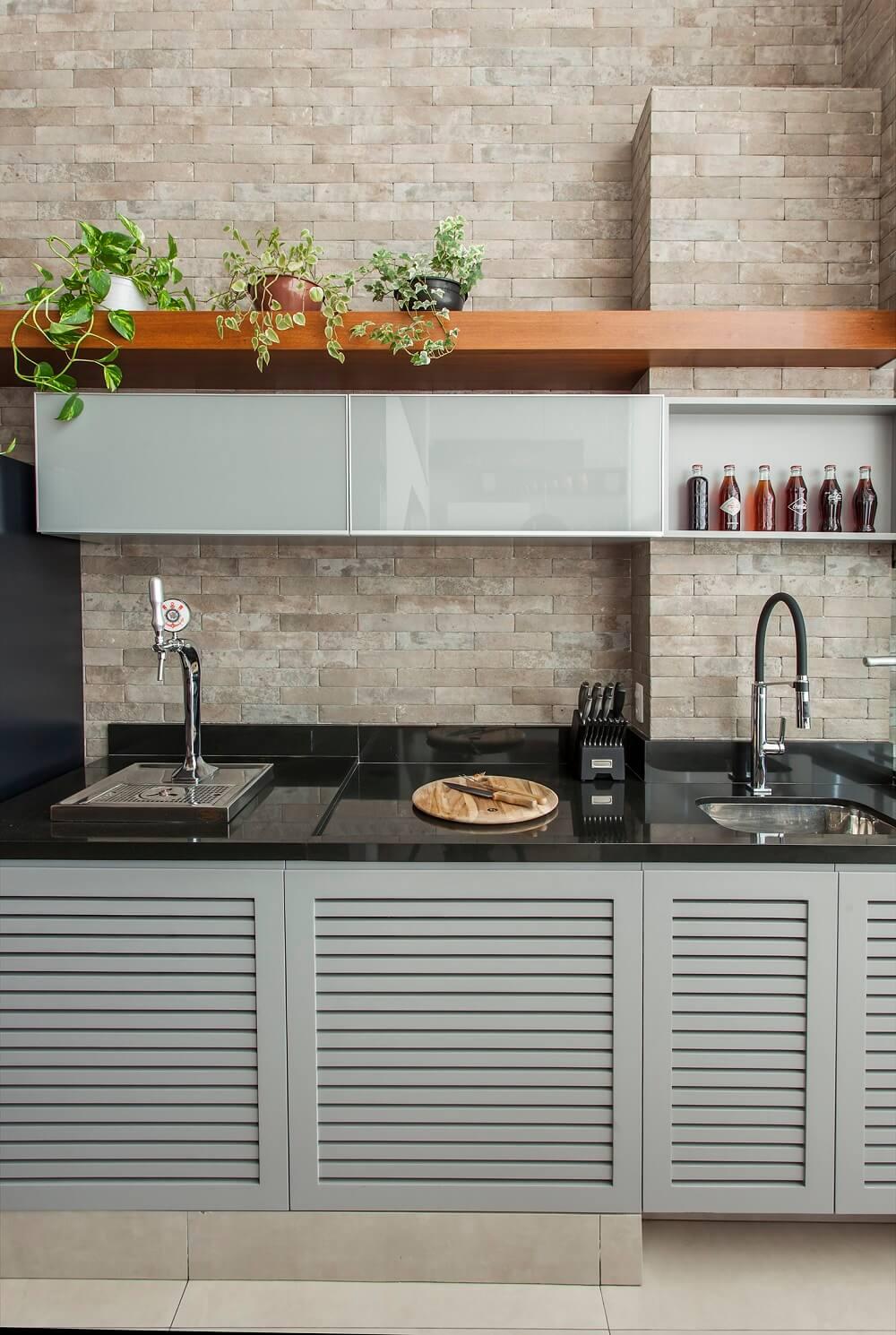 A arquiteta aproveitou o pé direito alto para criar o espaço gourmet. Foto: Eduardo Pozella