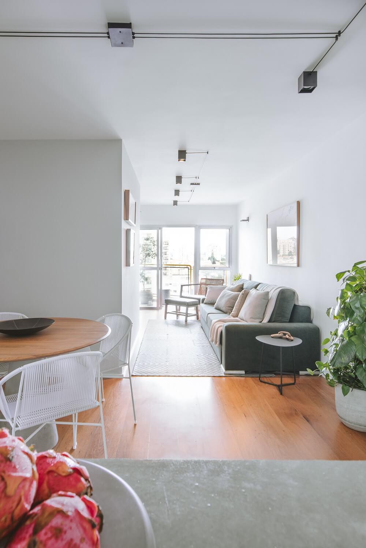 A sala de estar ficou mais larga e o novo layout criado proporcionou uma maior integração. Foto: Juliana Deeke