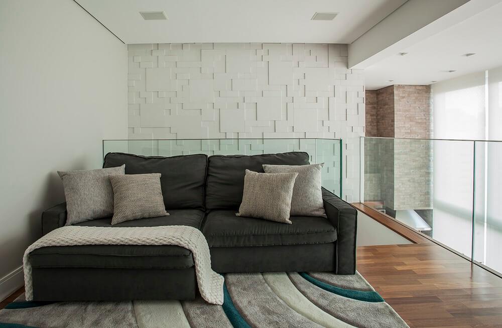 A sala de TV com sofá modular e tapete aconchegante se tornou um verdadeiro refúgio para as crianças. Foto: Eduardo Pozella