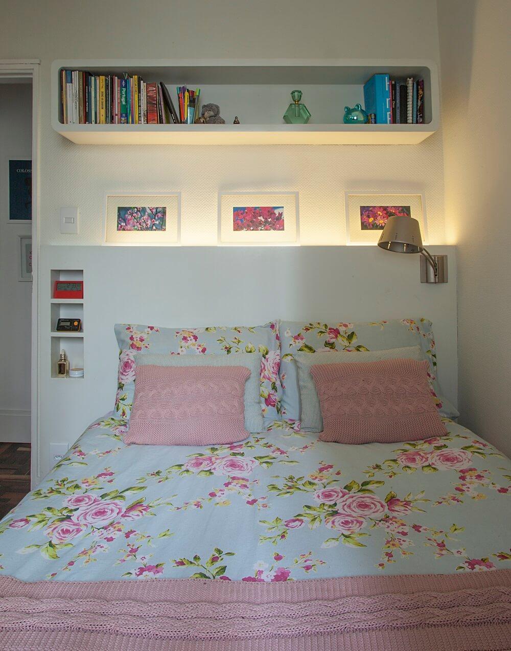 No quarto foi instalada uma cabeceira sob medida com nichos que servem de apoio lateral para a cama. Foto: Luis Gomes