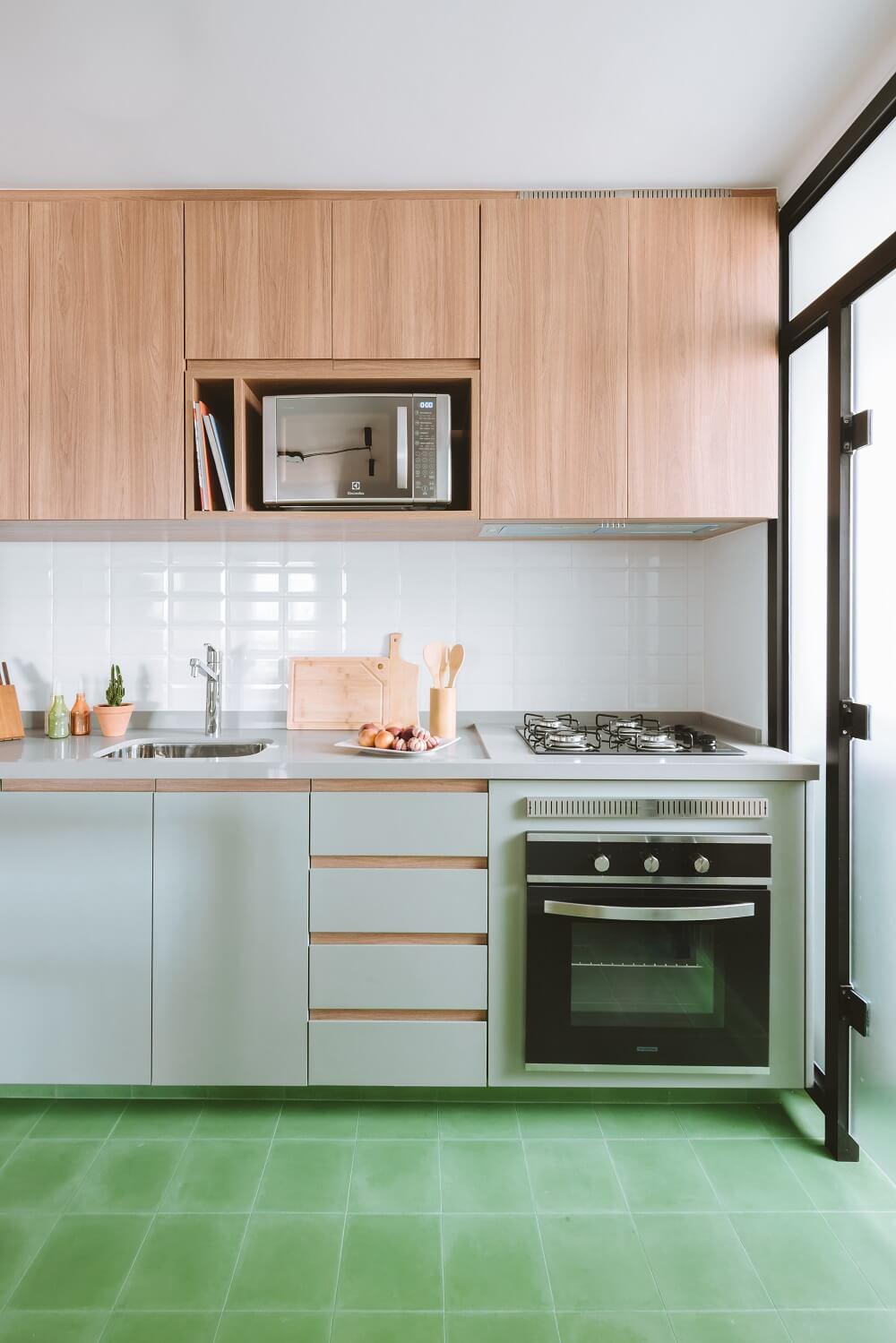 A cozinha foi repaginada e recebeu ladrilho hidráulico na cor verde. Foto: Juliana Deeke