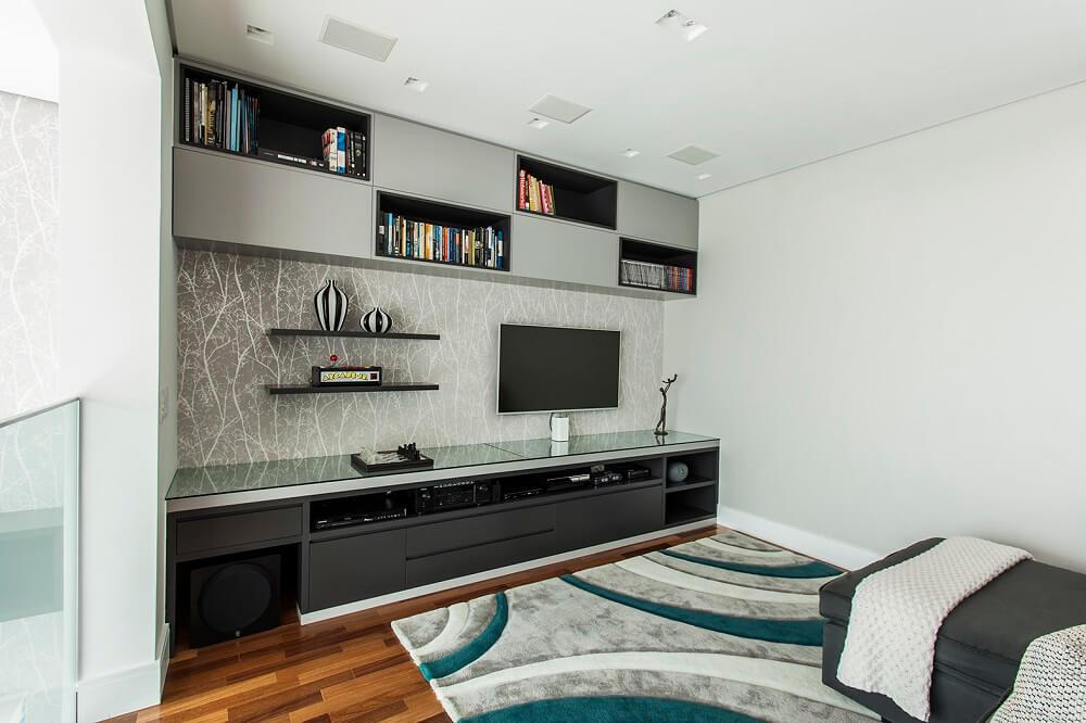 A estética dos móveis se conecta diretamente com as peças da sala de jantar. Foto: Eduardo Pozella
