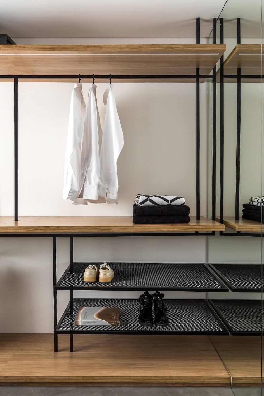 As prateleiras, nichos e demais compartimentos do closet auxiliam na organização da suíte master. Foto: Divulgação UNIC Arquitetura