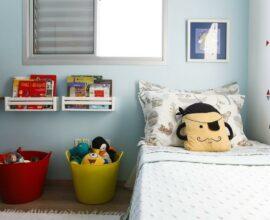A almofada infantil sobre a cama traz descontração para o décor. Fonte: Buji Decoração Reuso