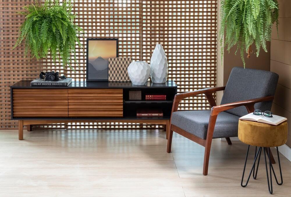 A madeira na decoração traz a sensação de conforto para sala de estar. Fonte: Mobly
