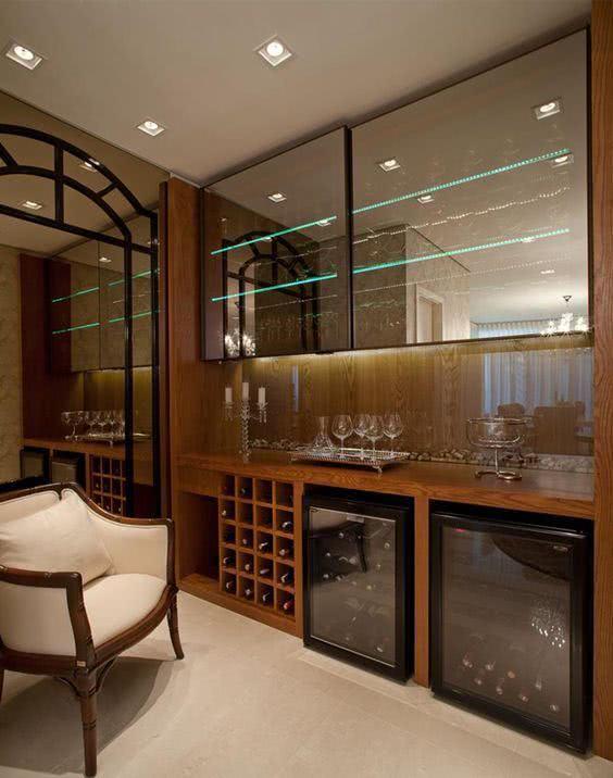 Adega de madeira com cristaleira de parede espelhada