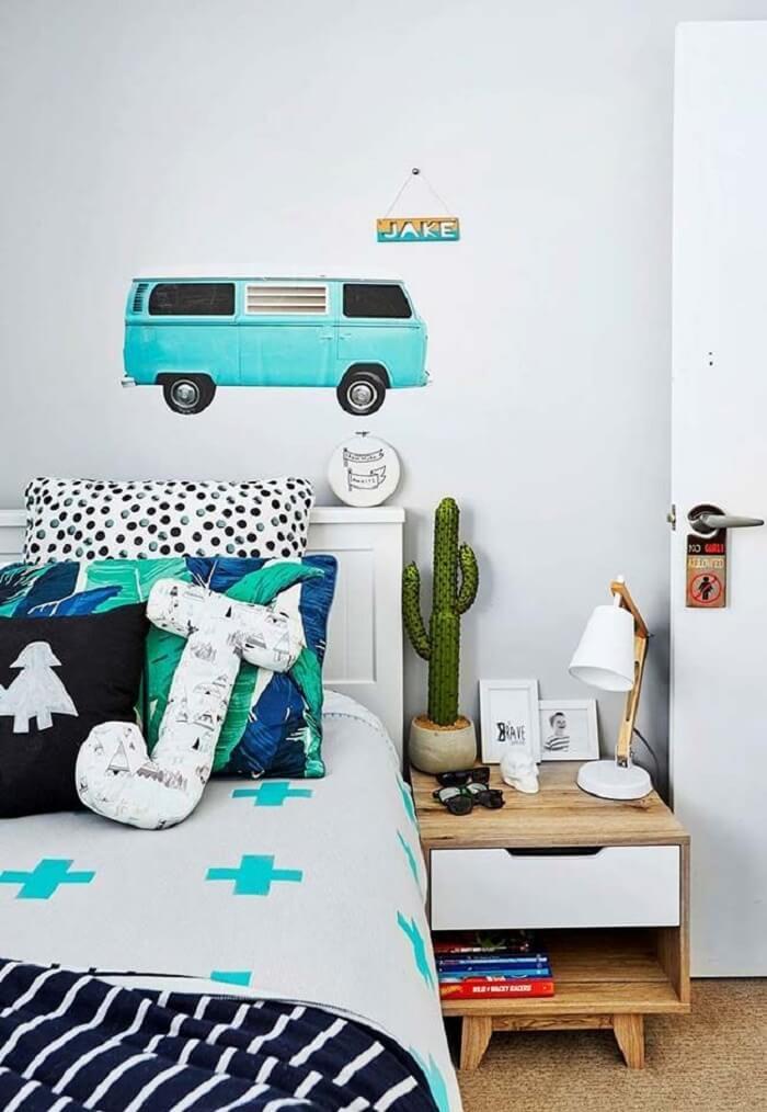 Almofada infantil decorativa com formato J se destaca sobre a cama. Fonte: Revista Viva Decora 2