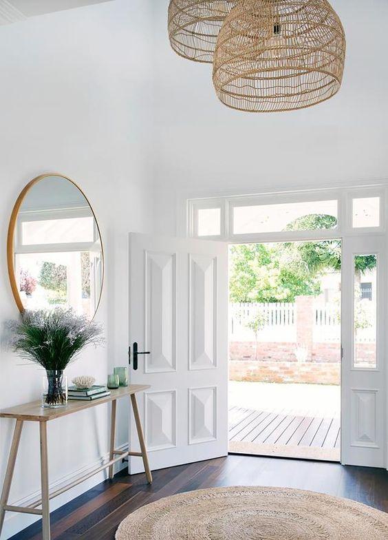 Aparador de madeira rustica na entrada de casa