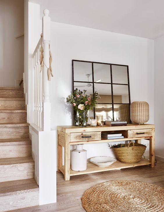Aparador rústico de madeira no hall de entrada