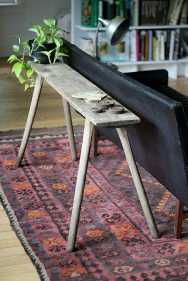 Aparador rustico atrás do sofá