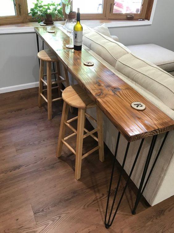 Aparador rustico atrás do sofá bege