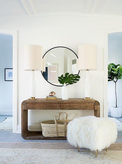 Aparador rustico com espelho redondo e puff branco