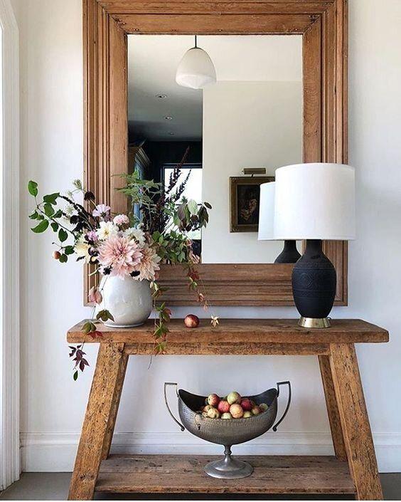 Aparador rustico de madeira com vaso de flores na decoração charmosa