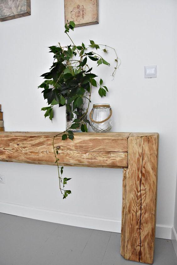 Aparador rustico de madeira com vaso de plantas