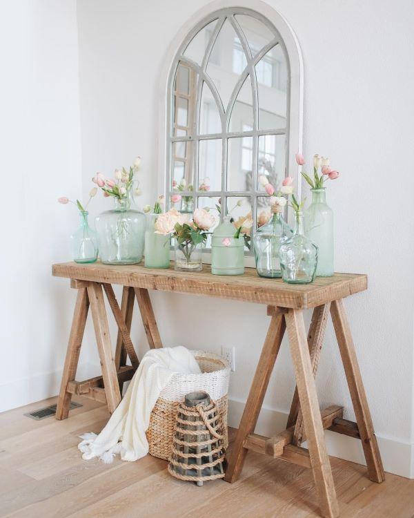 Aparador rustico de madeira com vasos de vidro