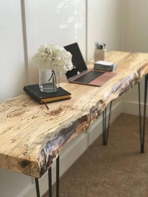 Aparador rustico de madeira na sala de estar