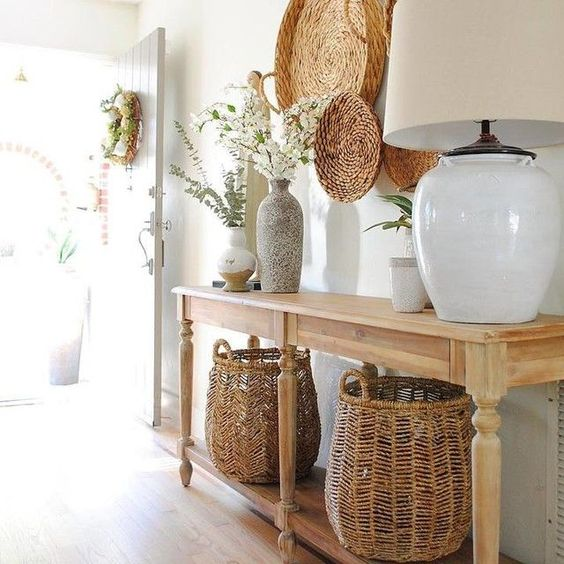 Aparador rustico na entrada de casa