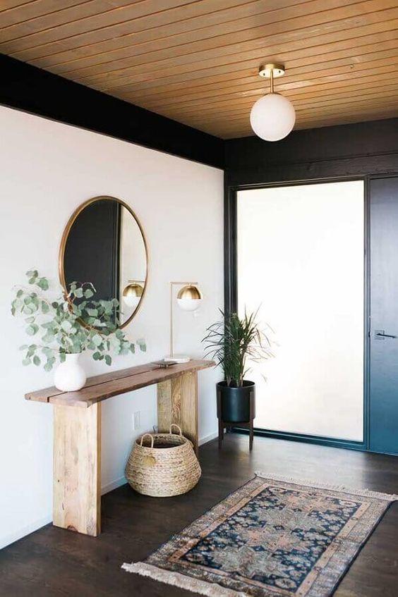 Aparador rustico na entrada de casa com tapete